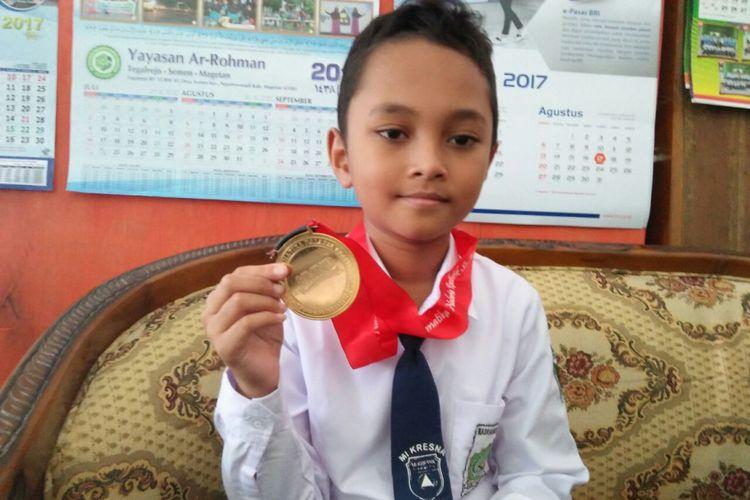 Fabian Rifial Azmi (9), siswa kelas IV Madrasah Ibtidaiyah (MI) Kresna Dolopo, Kabupaten Madiun. Videonya viral karena curhat kepada Presiden RI, Jokowi. Dalam videonya, Fabian meminta bantuan Jokowi agar bisa mengikuti olimpiade matematika tingkat internasional.
