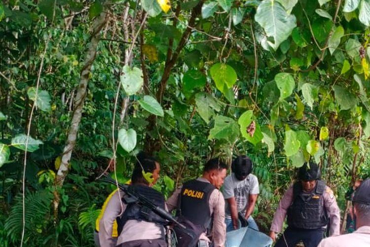 Polisi mengevakuasi korban penganiayaan di Kampung Sori, Distrik Aifat Timur, Kabupaten Maybrat, Papua Barat, Jumat (11/12/2020).