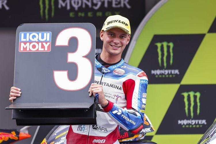 Pebalap Pertamina Mandalika SAG Team, Bo Bendsneyder, saat balapan pada Moto2 Catalunya