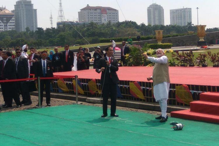 Presiden Joko Widodo dan Perdana Menteri India, Sri Narendra Modi menerbangkan layang-layang bersama di Monumen Nasional, Jakarta, Rabu (30/5/2018).