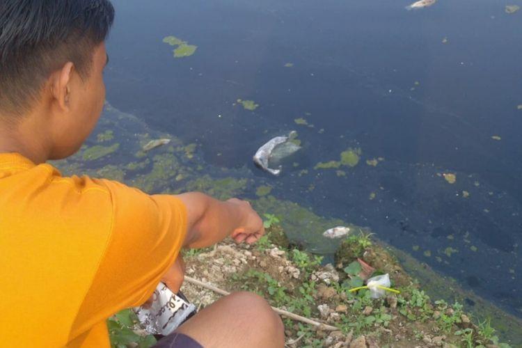 Air Sungai Citarum, Karawang, hitam dan bau menyengat, Minggu (2/8/2020).