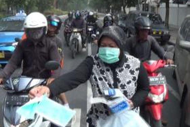 Risma bagi-bagi masker pada pengguna jalan.