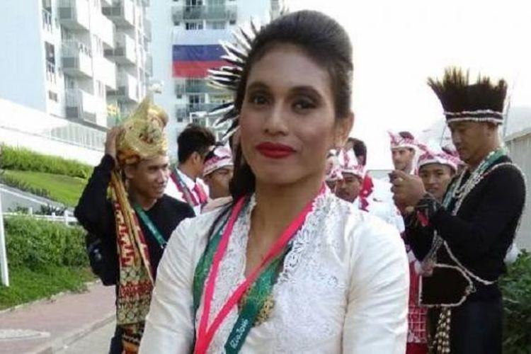 Atlet lompat jauh Maria Londa, beberapa saat sebelum memimpin kontingen Indonesia dalam defile kenegaraan dalam pembukaan Olimpiade Rio 2016.