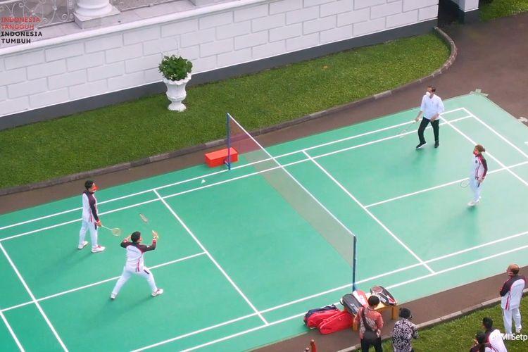 Foto tangkapan layar YouTube Sekretariat Presiden: Presiden Joko Widodo  bermain bulutangkis di Istana Bogor, Jawa Barat, Jumat (13/8/2021) bersama para atlet Indonesia untuk Olimpaide Tokyo 2020.