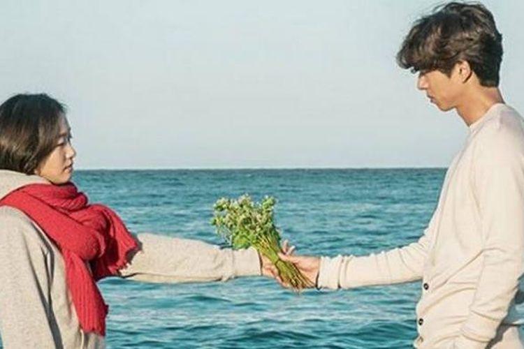 Adegan Kim Shin memberi bunga pada Jie Eun Tak di serial drama Korea Selatan, Goblin.