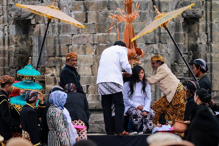 Ritual ruwatan pemotongan rambut gimbal di acara Dieng Culture Festival.