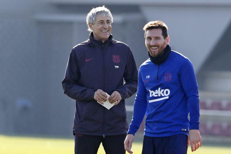 Pelatih baru Barcelona, Quique Setien, tengah berbincang dengan kapten Barca Lionel Messi di lapangan latihan klub, Kamis (16/1/2020). Setien berdialog dengan Messi sebagai cara untuk menyampaikan pesannya kepada seluruh tim.