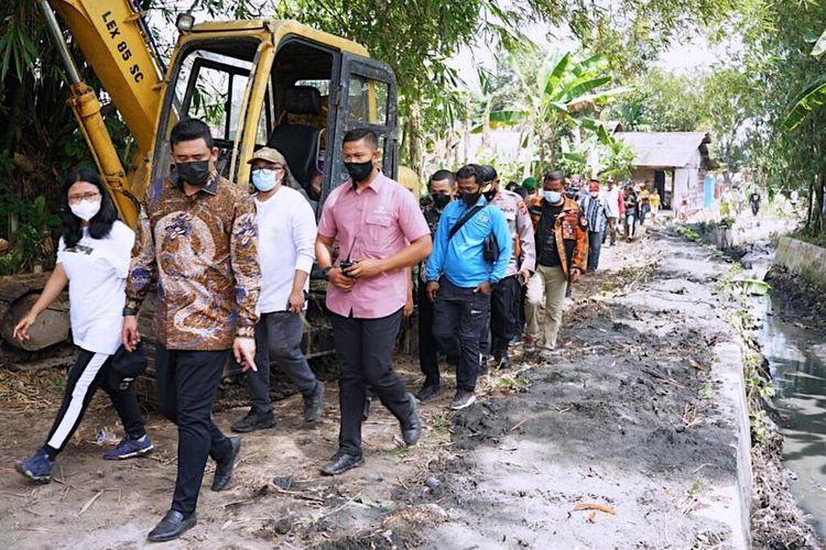 Normalisasi Parit Benteng 2 di Kelurahan Rengaspulau, Kecamatan Medanmarelan, ditinjau Wali Kota Medan Muhammad Bobby Afif Nasution, Sabtu (13/3/2021)