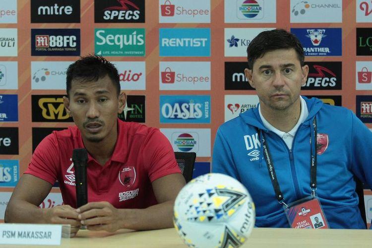Pelatih PSM Makassar Darije Kalezic (biru) dan bek PSM Makassar Zulkifli Syukur (merah) saat konferensi pers usai bermain melawan Tira Persikabo di stadion Pakansari, Bogor, Rabu (29/5/2019) malam.