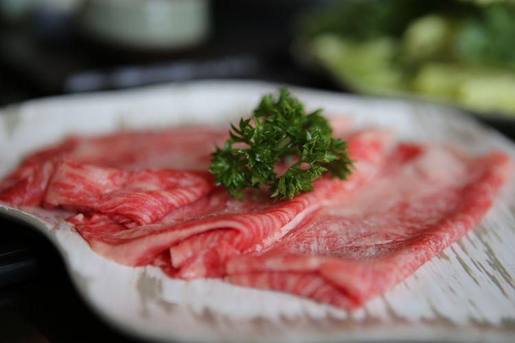 Irisan Sher Wagyu yang disiapkan menjadi main course shabu-shabu dalam paket Endless Brunch yang ditawarkan di Kahyangan Resto, Wisma Nusantara Lantai 28, Jakarta, Rabu (20/3/2019). Sher Wagyu adalah daging khas Jepang yang dikembangkan di Australia, dan menjadi produk wagyu asal luar negeri pertama yang bisa masuk ke pasar Jepang. Kini menu andalah Sher Wagyu ini dapat ditemukan di Kahyangan Resto.