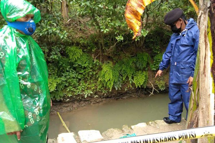 Polisi memasang garis polisi di kolam lele tempat tewasnya seorang balita di Pedukuhan Kalipetir Lor, Kalurahan Margosari, Kapanewon Pengasih, Kulon Progo, DI Yogyakarta.