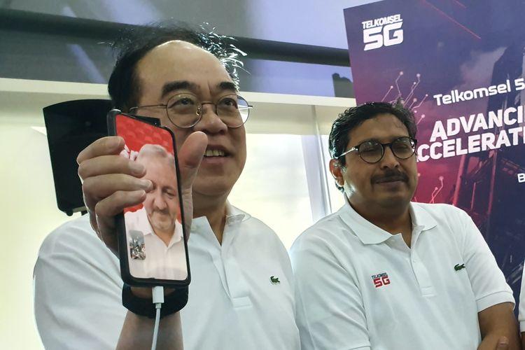 Direktur Planning and Transformation Telkomsel Edward Ying dan Dirjen SDPPI, Ismail dalam uji coba video call 5G di Batam, Kamis (28/11/2019).