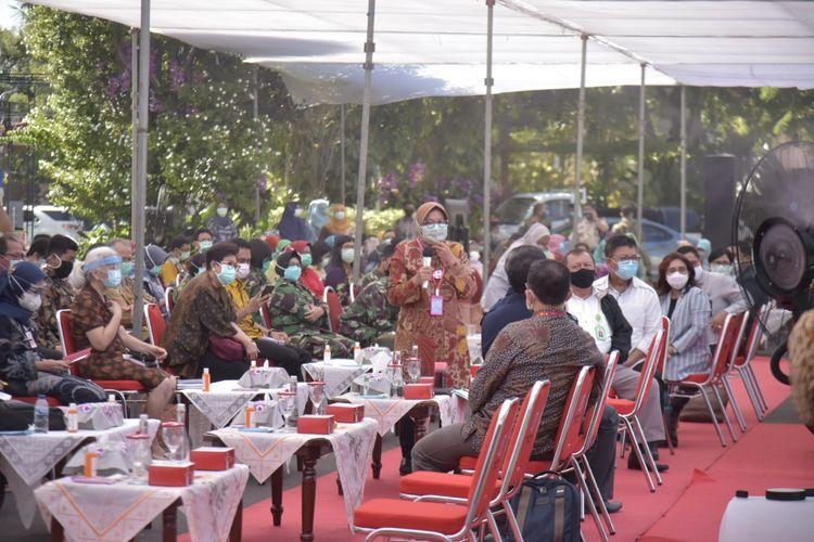 Wali Kota Surabaya Tri Rismaharini saat menggelar pertemuan dengan sejumlah direktur rumah sakit, kepala puskesmas, serta camat se-Surabaya di Halaman Balai Kota Surabaya, Rabu (1/7/2020).