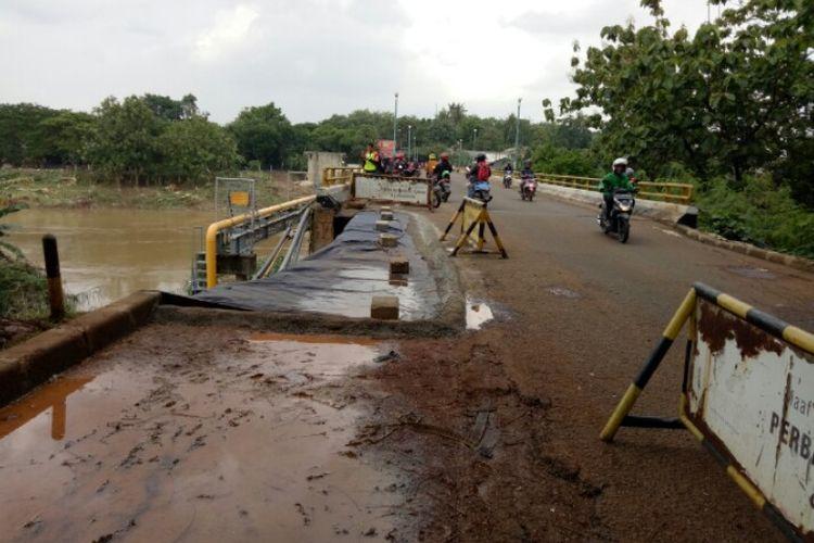 Sebagian Jembatan Cihuni yang berlokasi di Jalan Skki, Kabupaten Tangerang, ambles pada Rabu (1/1/2020) sore. Diduga amblesnya jalan tersebut karena tidak adanya resapan air.