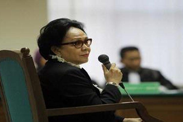 Terdakwa kasus korupsi pengadaan alat kesehatan penanggulangan flu burung, Ratna Dewi Umar menjalani sidang perdana di Pengadilan Tindak Pidana Korupsi Jakarta, Senin (27/5/2013). Persidangan itu dijadwalkan untuk mendengarkan dakwaan Jaksa Penuntut Umum Komisi Pemberantasan Korupsi.