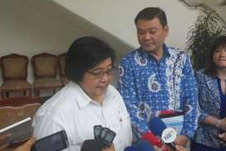 Menteri Lingkungan Hidup dan Kehutanan Siti Nurbaya dan Kepala Badan Restorasi Gambut Nazir Foead usai bertemu Wakil Presiden Jusuf Kalla di Kantor Wapres, Jumat (7/10/2016)