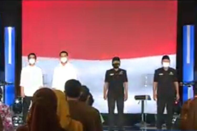 Kedua pasangan calon Wali Kota dan Wakil Wali Kota Solo, Gibran Rakabuming Raka-Teguh Prakosa dan Bagyo Wahyono-FX Supardjo (Bajo) tetap memakai masker saat mengikuti debat Pilkada Surakarta 2020, Jumat (6/11/2020) malam.