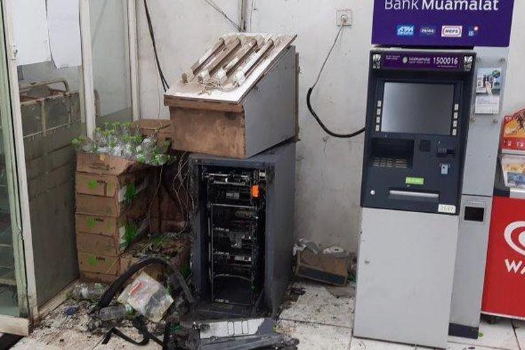 Mesin ATM di Indomaret Pangkalan 3, Kecamatan Bantargebang, Kota Bekasi dirusak perampok, Kamis (17/6/2021).