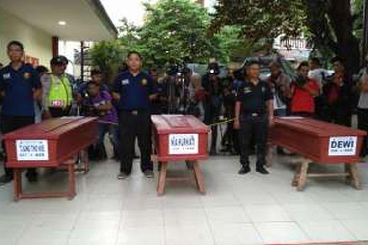 Tiga dari 20 penumpang kapal Zahro Express yang hangus terbakar telah diidentifikasi dan dimasukkan ke dalam peti jenazah di RS Polri, Senin (2/1/2017). Mereka adalah Dewi, Nia Kurniati, dan Tjong Tho Kie.