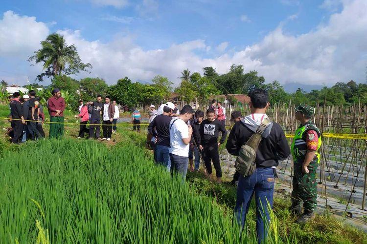 Sejumlah anggota Polres Sukabumi dan warga berada di tempat kejadian perkara (TKP) penemuan dua santri tergeletak di Kampung/Desa Cibodas, Kecamatan Bojonggenteng, Sukabumi, Jawa Barat, Rabu (26/2/2020).
