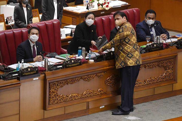 Menko Perekonomian Airlangga Hartarto (kedua kanan) menyerahkan berkas pendapat akhir pemerintah kepada Ketua DPR Puan Maharani (kedua kiri) saat pembahasan tingkat II RUU Cipta Kerja pada Rapat Paripurna di Kompleks Parlemen, Senayan, Jakarta, Senin (5/10/2020). Dalam rapat paripurna tersebut Rancangan Undang-Undang Cipta Kerja disahkan menjadi Undang-Undang.