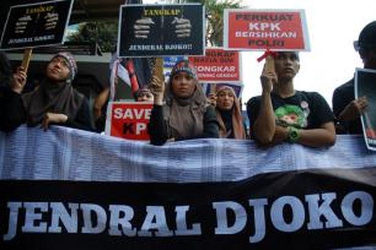 Gabungan aktivis, Ormas, dan LSM menggelar aksi unjuk rasa di depan gedung KPK, Jakarta, Jumat (5/10/2012). Mereka menuntut KPK segera menahan Irjen Djoko Susilo atas kasus dugaan korupsi pengadaan simulator SIM.