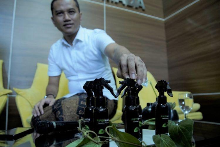 Dosen Fakultas Farmasi Universitas Gadjah Mada (UGM) Ronny Martien membuat inovasi spray hand sanitizer teknologi nano berbahan dasar herbal, daun sirih.