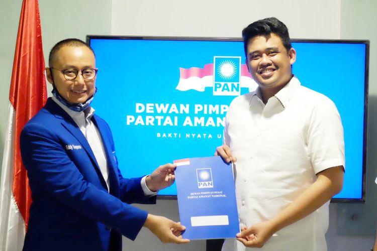 Sekretaris Jenderal PAN Eddy Soeparno menyerahkan Surat Keputusan (SK) dukungan kepada Bobby di kantor DPP PAN, Jakarta, Rabu (2/9/2020).