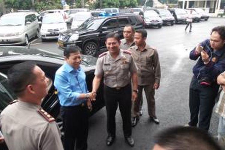 Ketua DPR Setya Novanto (kemeja biru) mendatangi Polrestro Jakarta Selatan, Selasa (11/11/2014). Kedatangan Setya untuk menengok tiga orang mahasiswa yang diduga telah melakukan pemerasan terhadap dirinya.