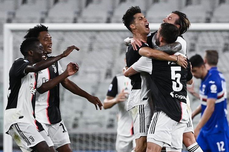Penyerang Portugal Juventus Cristiano Ronaldo (C) merayakan dengan rekan satu tim setelah mencetak gol selama pertandingan sepak bola Serie A Italia antara Juventus dan Sampdoria bermain secara tertutup di Stadion Allianz di Turin pada 26 Juli 2020. (Photo by MARCO BERTORELLO / AFP)