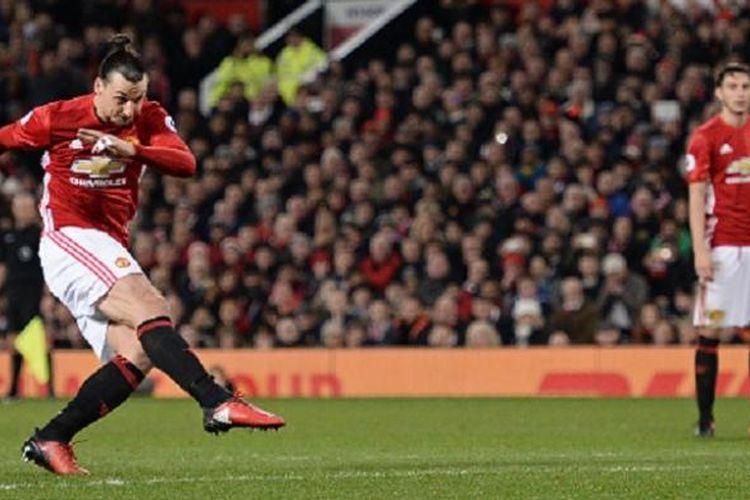 Zlatan Ibrahimovic melepas tendangan bebas pada laga Manchester United vs Liverpool di Stadion Old Trafford, Minggu (15/1/2017).