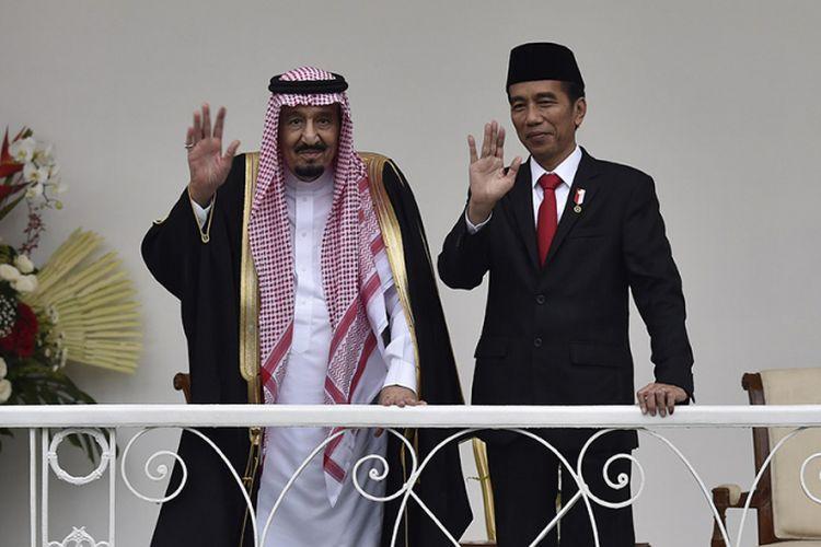 Presiden Joko Widodo dan Raja Arab Saudi Salman bin Abdulaziz Al-Saud (kiri) melambaikan tangan saat kunjungan kenegaraan, di beranda Istana Bogor, Jawa Barat, Rabu (1/3/2017). Presiden mengatakan bahwa kunjungan tersebut menjadi titik tolak bagi peningkatan hubungan kerja sama Indonesia dan Arab Saudi.