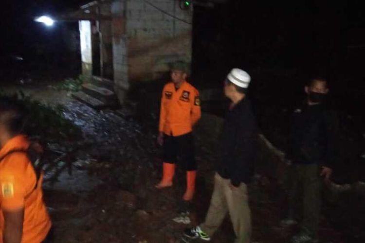 Tiga desa terendam banjir sedengkul orang dewasa hingga berdampak ke pemukiman dan merusak rumah warga.