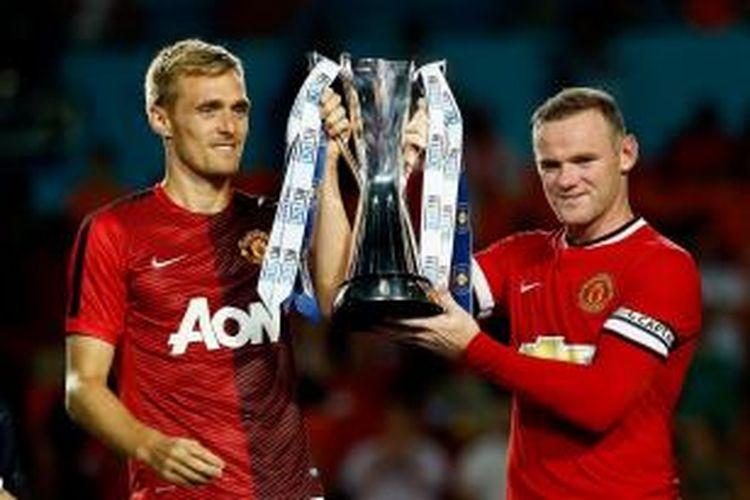 Dua penggawa Manchester United, Darren Fletcher (kiri) dan Wayne Rooney (kanan)