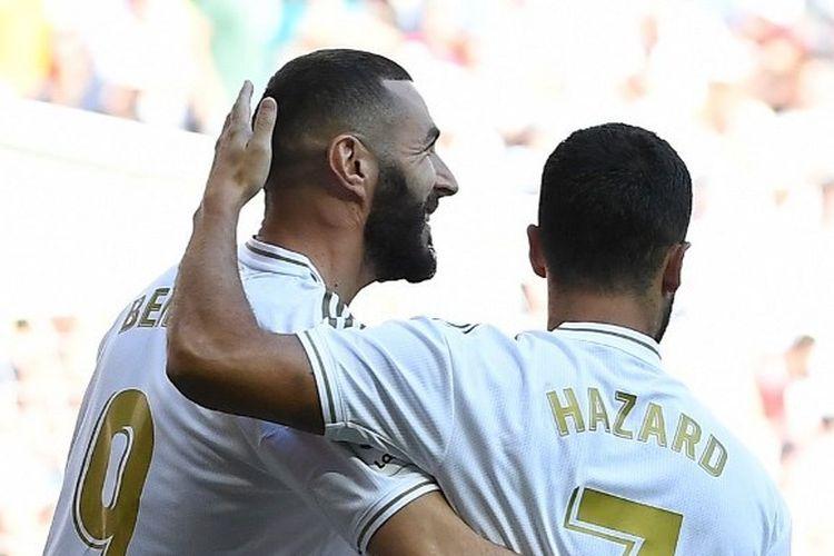 Karim Benzema dan Eden Hazard saat merayakan gol Real Madrid ke gawang Granada pada lanjutan pertandingan La Liga Spanyol di Stadion Santiago Bernabeu, 15 Oktober 2019.