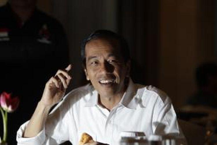 Calon presiden yang juga Gubernur DKI Jakarta Joko Widodo atau Jokowi, menikmati sarapan sebelum berkampanye di Bandar Lampung, Sabtu (22/3/2014). Jokowi dijadwalkan akan menjadi juru kampanye Partai Demokrasi Indonesia Perjuangan (PDIP) di beberapa kota di Provinsi Lampung bersama sejumlah tokoh PDIP lainnya, di antaranya Gubernur Jawa Tengah Ganjar Pranowo. KOMPAS IMAGES/RODERICK ADRIAN MOZES