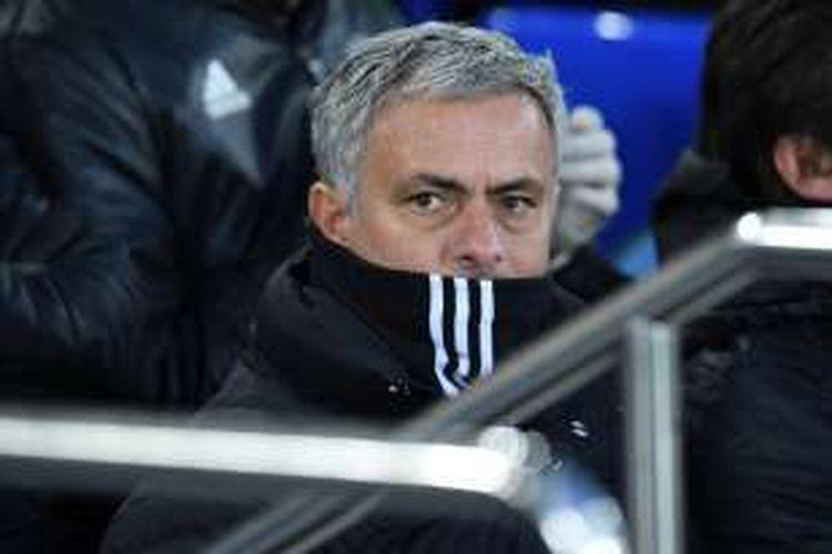 Manajer Manchester United, Jose Mourinho, menyaksikan timnya bertanding melawan Everton, dalam laga Premier League di Stadion Goodison Park, Minggu (4/12/2016).