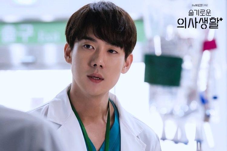Yoo Yeon Seok saat berperan sebagai Ahn Jeong Won dalam drama Hospital Playlist Season 1 yang tayang di tvN dan Netflix pada 2020.