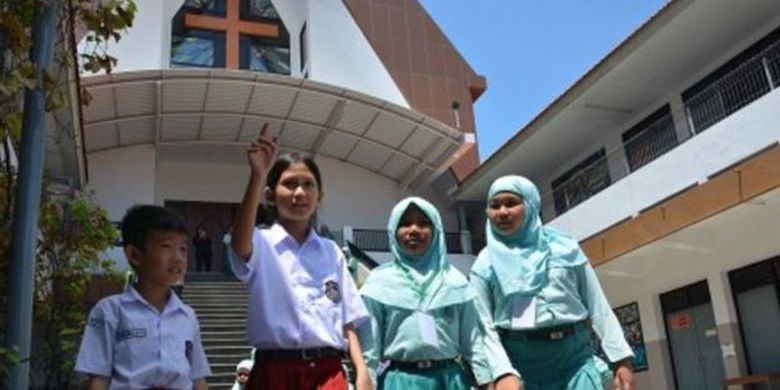 Siswa SD Kristen Petra mengajak keliling siswa SD Islam Ar-Rahman di Jombang, Jawa Timur, Selasa (5/11/2019). Kunjungan puluhan siswa SD Islam Ar-Rahman Jombang ini untuk belajar mengenal tempat ibadah agama lain serta mengajarkan toleransi dan saling menghargai perbedaan kepada anak didik sejak dini.
