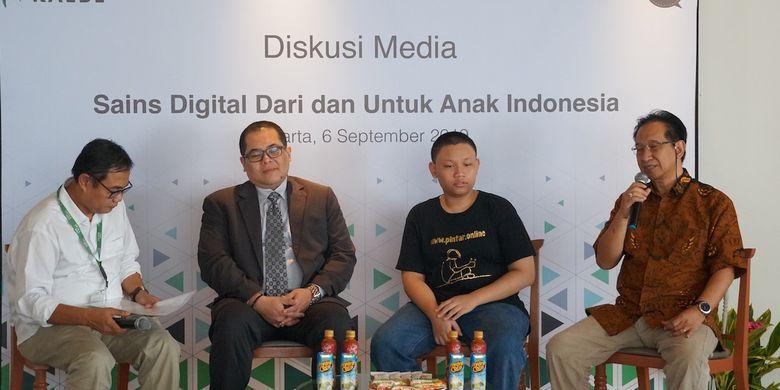 Pengamat pendidikan dan sains, Indra Charismiadji (kedua dari kiri), M.Hafizh Bayhaqi (pembuat aplikasi), dan Direktur R&D Kalbe Farma, Pre Agusta, dalam acara talkshow di Jakarta (6/9/2019).