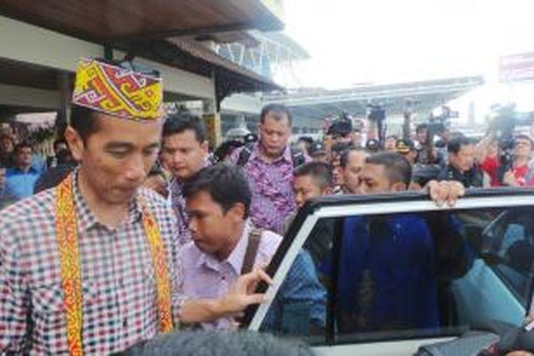 Calon presiden Joko Widodo saat tiba di Bandara Supadio, Pontianak, Kalimantan Barat, Senin (23/6/2014).