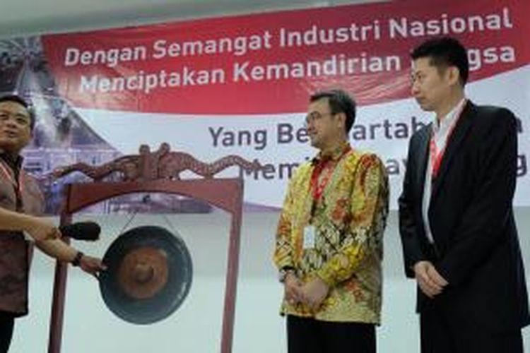 CEO PT. TDK, Hendrik L. Karosekali (kanan) didampingi M. Budi Setiawan, Dirjen SDPPI Kemenkominfo (kiri) memukul gong tanda diresmikannya fasilitas produksi Lenovo di PT. TDK, Serang Banten pada Kamis (5/11/2015).