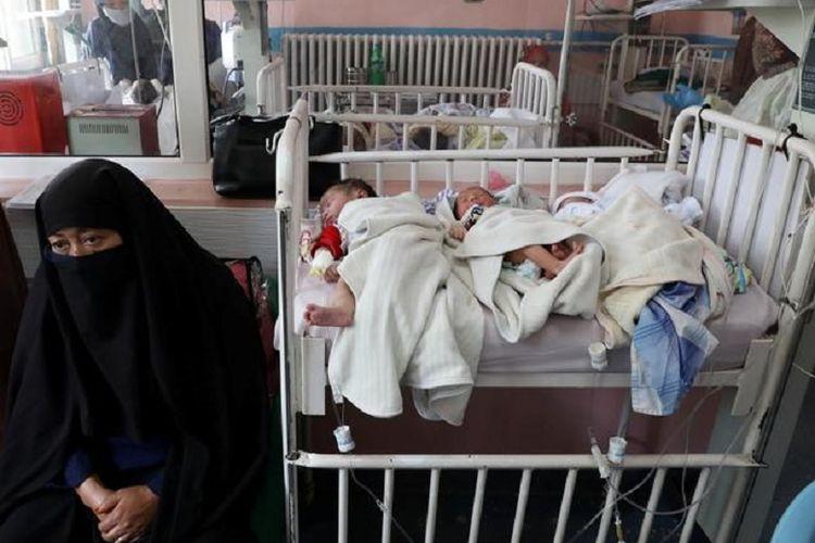 Anak-anak yang baru lahir yang kehilangan ibu mereka dalam serangan kemarin berbaring di ranjang di sebuah rumah sakit, di Kabul, Afghanistan 13 Mei 2020.