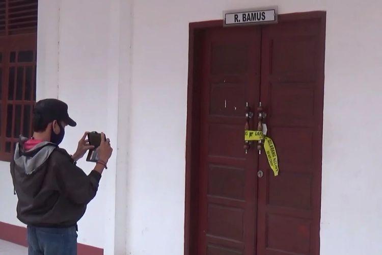 Ruang Badan Musyawarah DPRD Kabupaten Takalar, Sulawesi Selatan dipasangi police line terkait penganiayaan sesama anggota DPRD. Kamis, (6/5/2021).