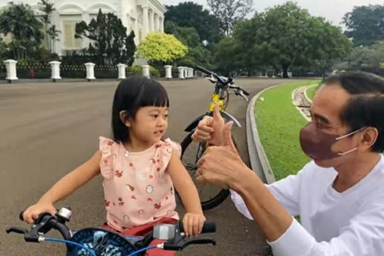 Presiden Joko Widodo bercengkerama dengan cucunya Sedah Mirah Nasution di Istana Bogor dipantau dari YouTube Presiden Joko Widodo, Sabtu (8/10/2021).