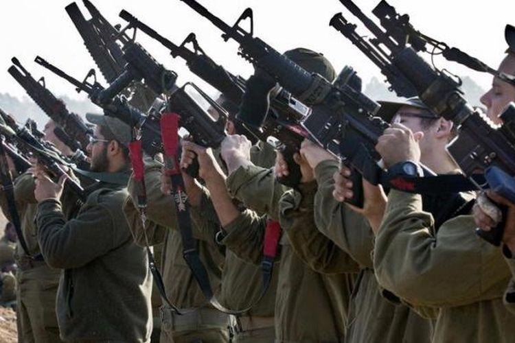 Tentara-tentara Israel dari skuadron tank memeriksa senjata masing-masing di sebuah area penugasan angkatan darat Israel di dekat perbatasan Israel-Jalur Gaza, Senin (19/11/2012).
