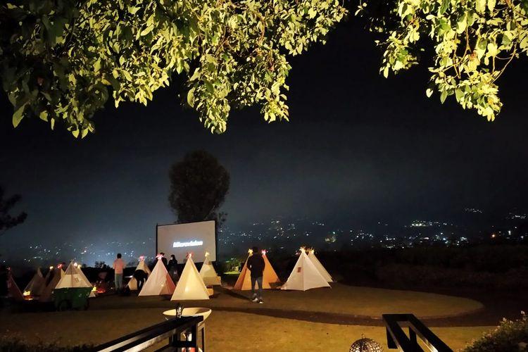 Tenda di bawah bintang berada di Green Forest Lembang. Tempat ini menawarkan sensasi baru dalam menonton film outdoor yang seru nan romantis.