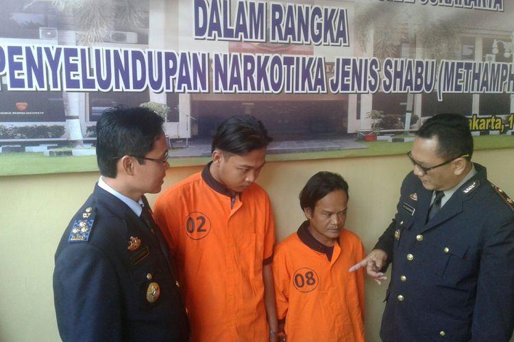 Dua orang tersangka penyalahgunaan narkotika diamankan di Mapolresta Surakarta, Solo, Jawa Tengah, Rabu (11/7/2018).