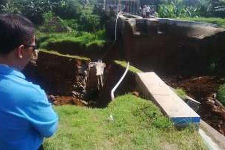 Seorang warga melihat saluran induk irigasi dari Bendung Pesantren Kletak, di Desa Surabayan, Kecamatan Wonopringgo dan Desa Karangdawa Kecamatan Kedungwuni, Pekalongan, Jawa Tengah.
