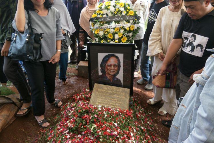 Pemakaman Yon Koeswoyo di TPU Tanah Kusir, Jakarta Selatan, Sabtu (6/1/2018).